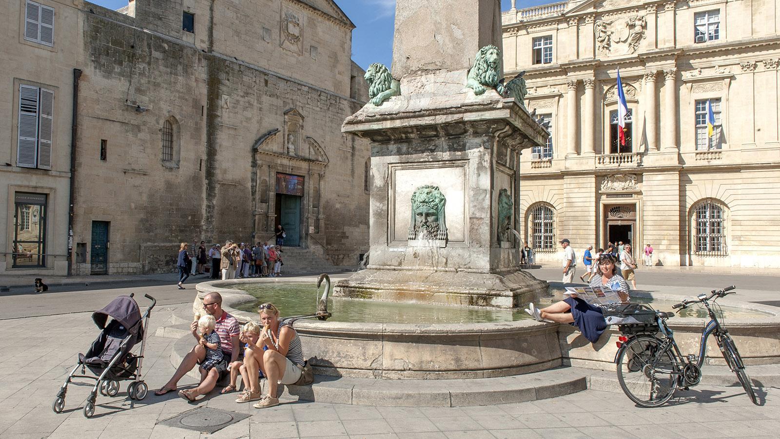 Arles: Brunnen auf der Place de la République. Foto: Hilke Maunder