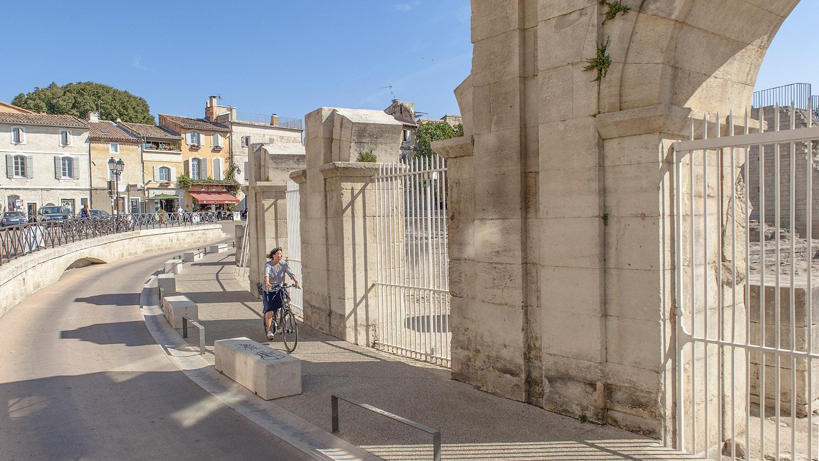 Arles: Die Rue de la Calade führt am antiken Theater entlang. Foto: Hilke Maunder
