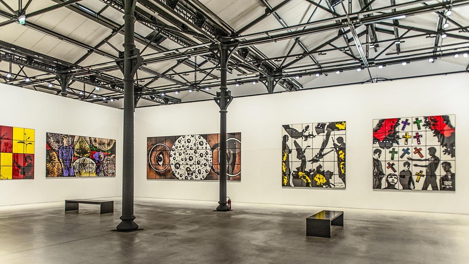 Arles: Gilbert & George-Ausstellung der LUMA-Stiftung in der Grande Halle des Parc des Ateliers. Foto: Hilke Maunder