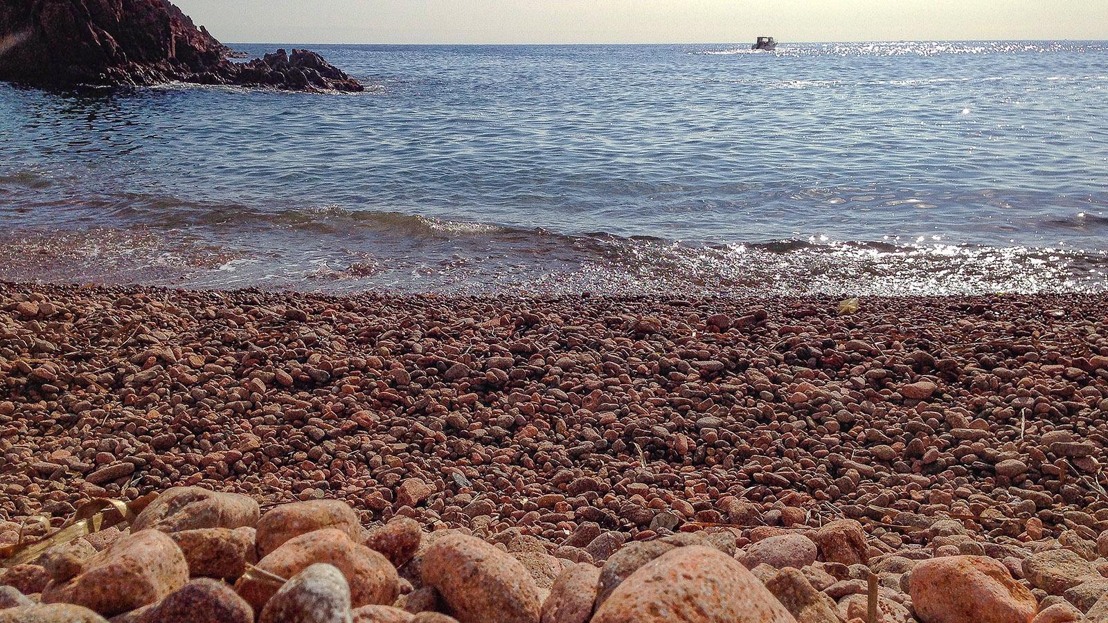 Strand am Esterel-Gebirge an der Côte d'Azur. Foto: Hilke Maunder