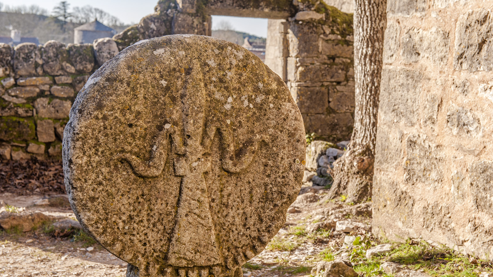 Bei den Tempelrittern. Grabstein in La Couvertoirade. Foto: Hilke Maunder