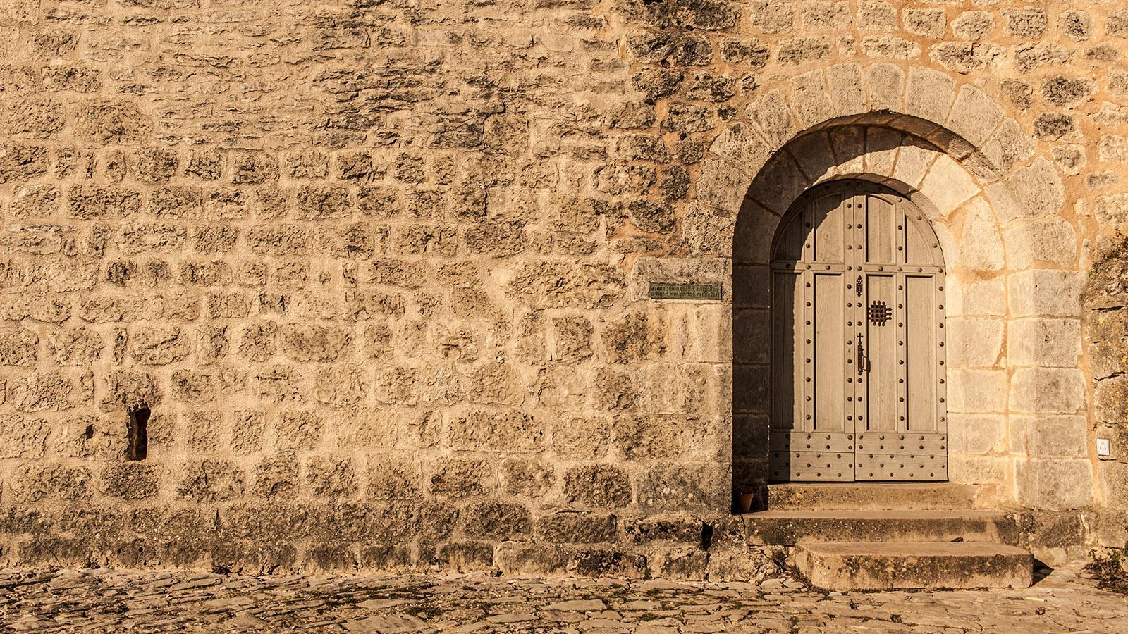Bei den Tempelrittern. Eingang der Kirche von La Couvertoirade. Foto: Hilke Maunder
