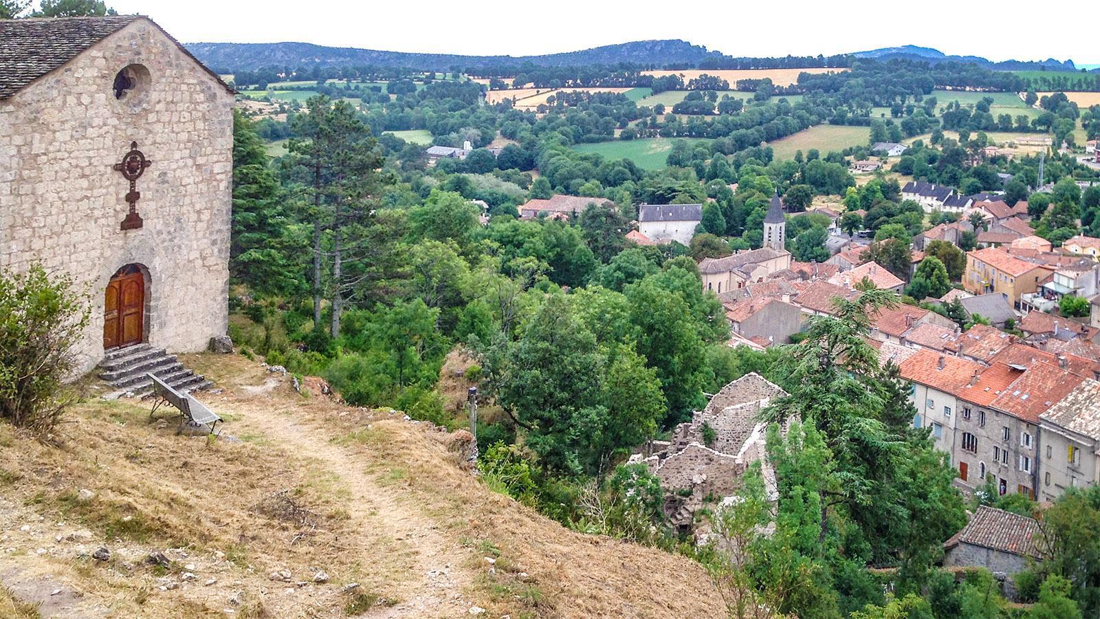 Blick auf Le Caylar mit seine Burgruine und Kapelle. Foto: Hilke Maunder