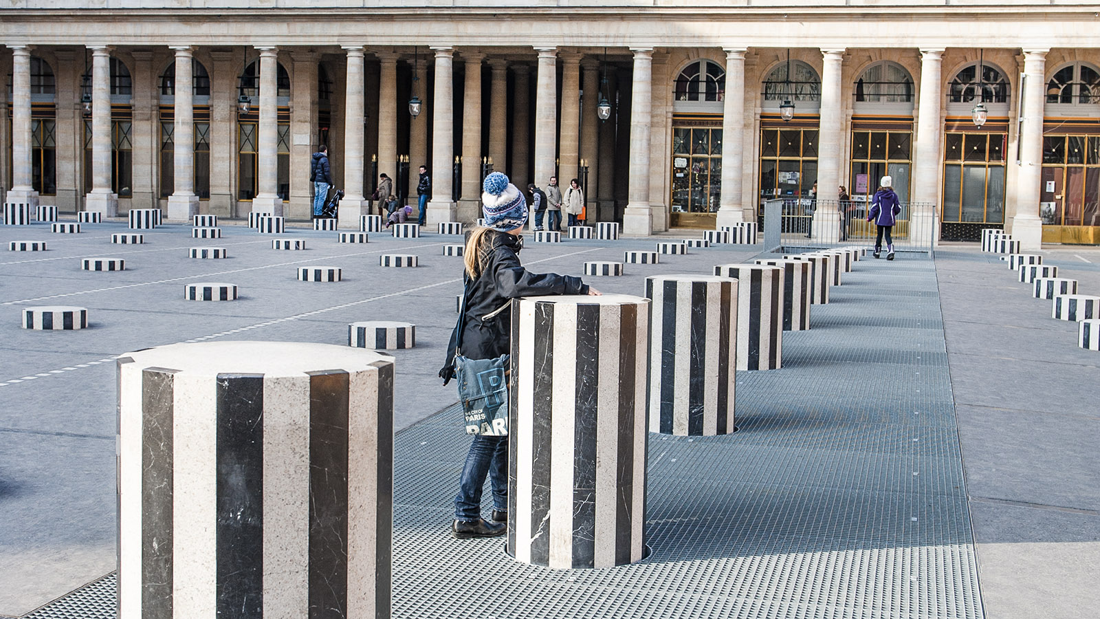 Paris: Die Säulen von Daniel Buren im Innenhof des Palais Royal verführen Kinder zum Klettern. Foto: Hilke Maunder