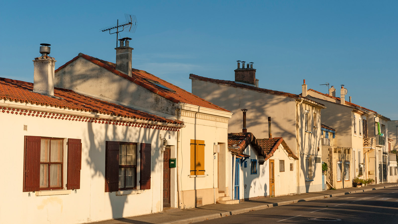 Häuserreihe in Port Saint-Louis-du-Rhône. Foto: Hilke Maunder
