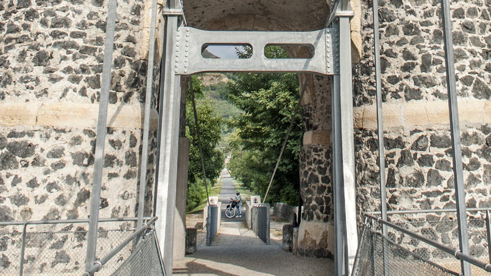 Der Torturm der Hängebrücke mit der Ausfahrt Richtung Rochemaure. Foto: Hilke Maunder