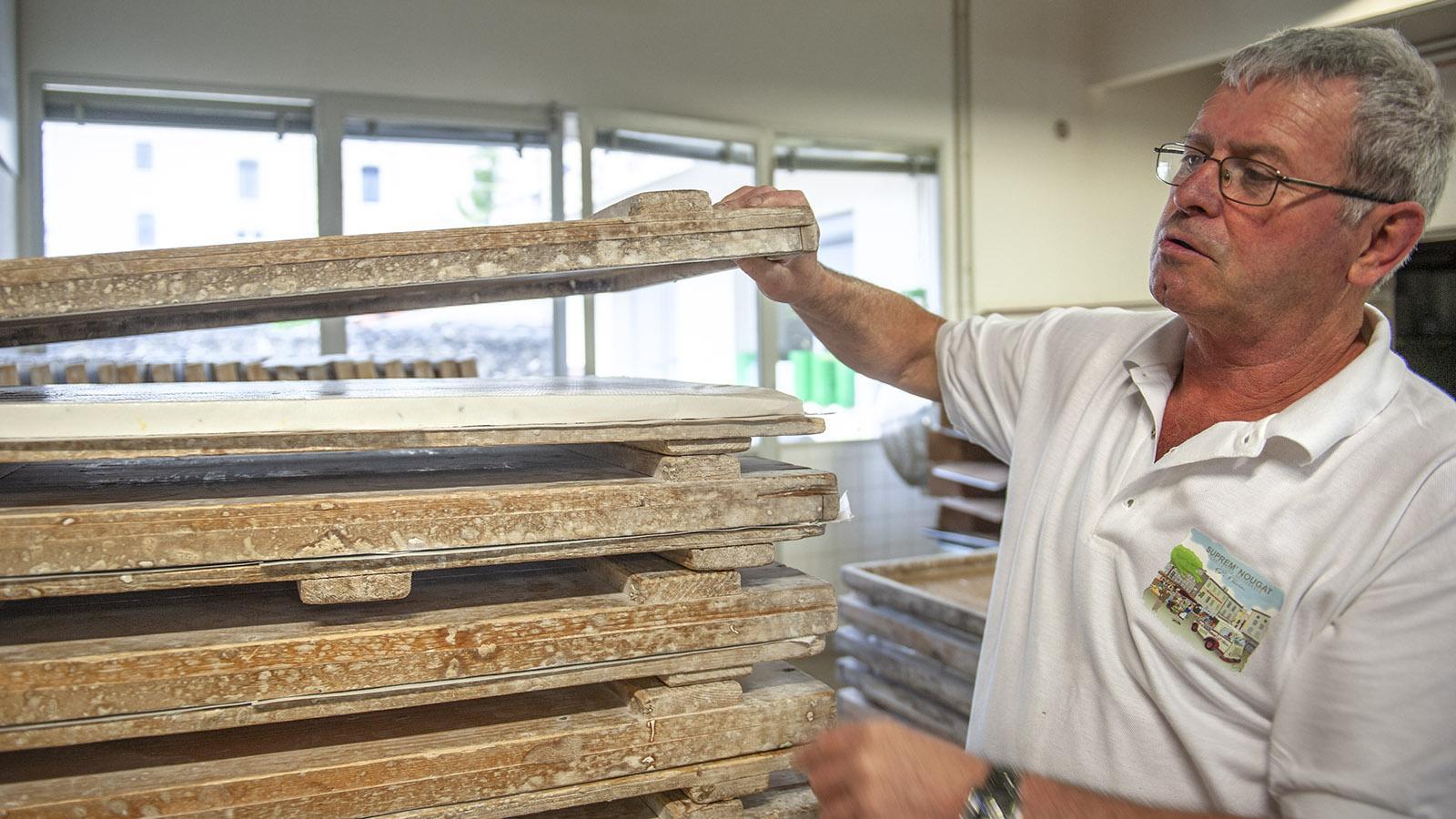 Suprem' Nougat Savin: Monsieur Savin zeigt die Holzrahmen, in die der Nougat gegossen wird. Foto: Hilke Maunder