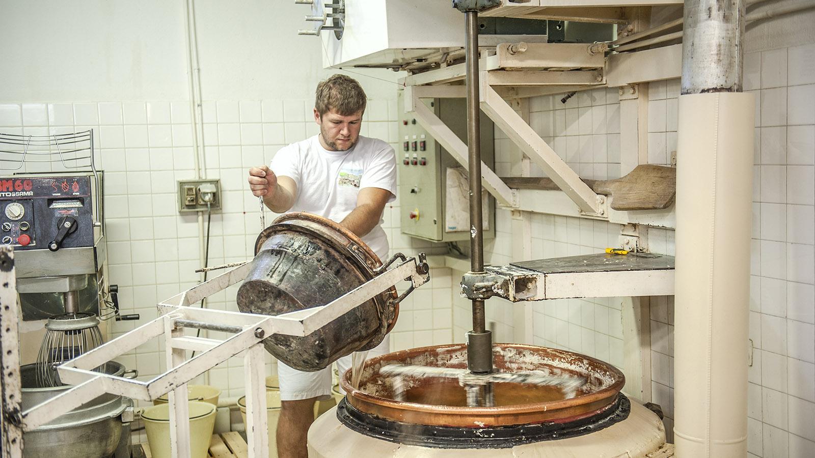 Suprem' Nougat Savin: Zuckerlösung und Eischnee-Honigmix werden dann gut vermengt. Foto: Hilke Maunder
