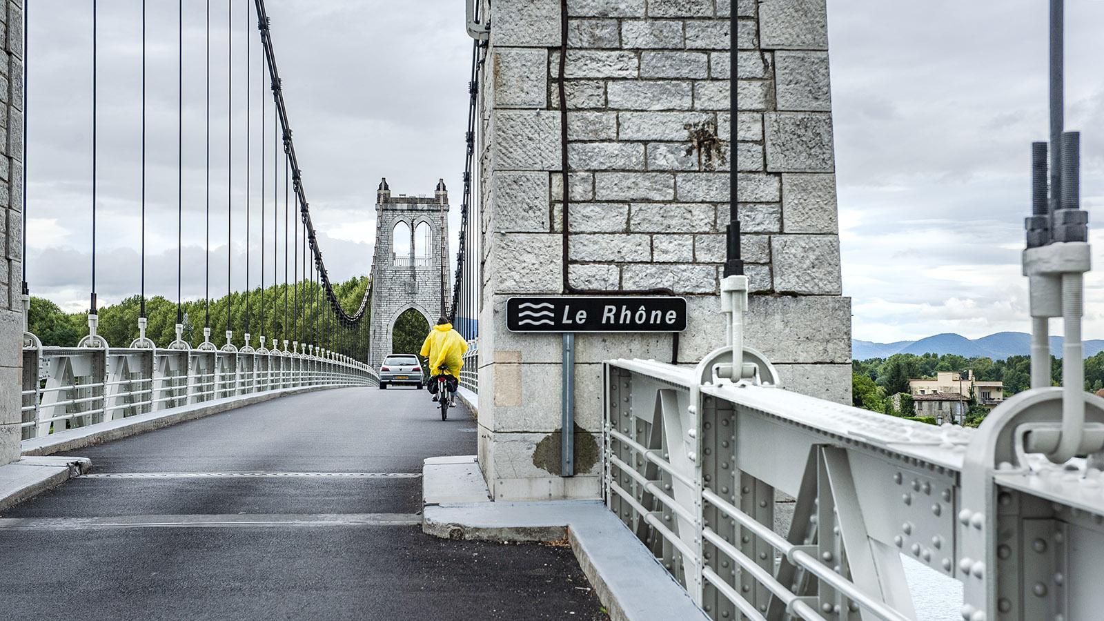 ViaRhôna: Auf der Rhônebrücke von La Voulte-surRhône teilt sich der Radwanderweg die Fahrbahn mit anderen Fahrzeugen. Foto: Hilke Maunder