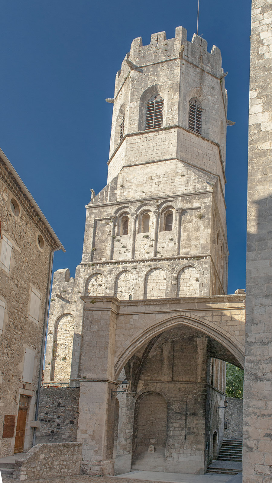Die Kathedrale von Viviers ist die kleinste des Landes, die noch in Betrieb ist. Foto: Hilke Maunder