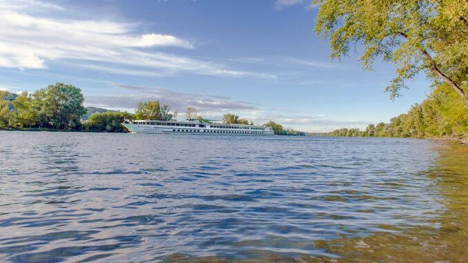 Auf der Rhône verkehren zahlreiche Flusskreuzschiffe - so auch hier bei La Roche sur Glun.