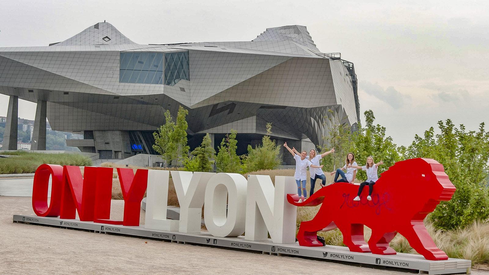 Wirksam platziert: das Werbe-Logo von Lyon vor dem Musée de la Confluenc. Foto: Hilke Maunder