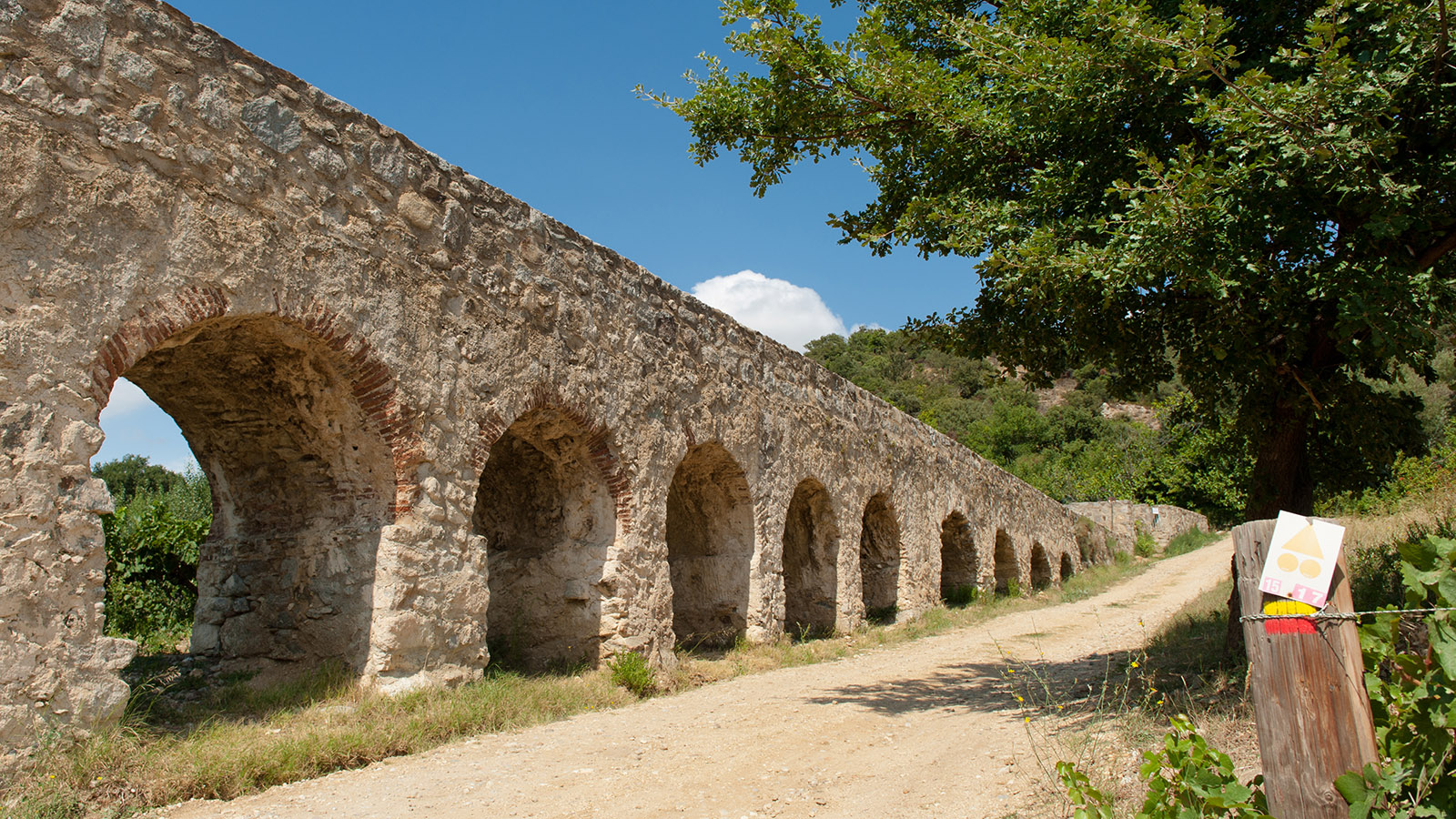 Fenouillèdes: Ihr könnt im Innern des Aquädukts entlang laufen! Foto: Hilke Maunder