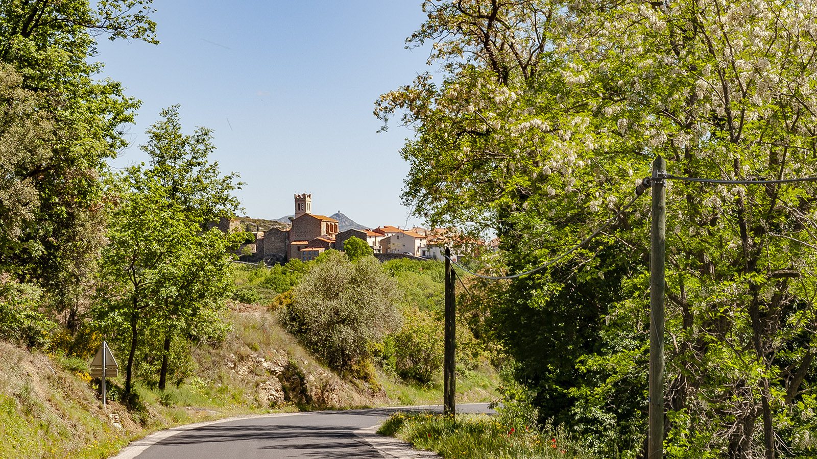 Fenouillèdes: Latour-de-France - die Ortseinfahrt vom Fenouillèdes aus. Foto: Hilke Maunder