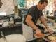 Bastia: Auf dem Wochenmarkt bäckt Christian knusprige Migliaciolla-Pfannkuchen mit köstlichem Innenleben. Foto: Hilke Maunder