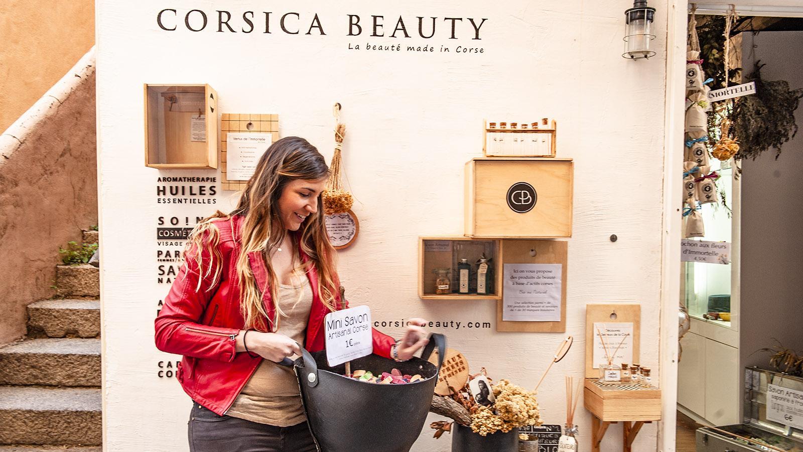 Tania Andréo von Corsica Beauty vor ihrem Laden in der Altstadt von Calvi. Foto: Hilke Maunder