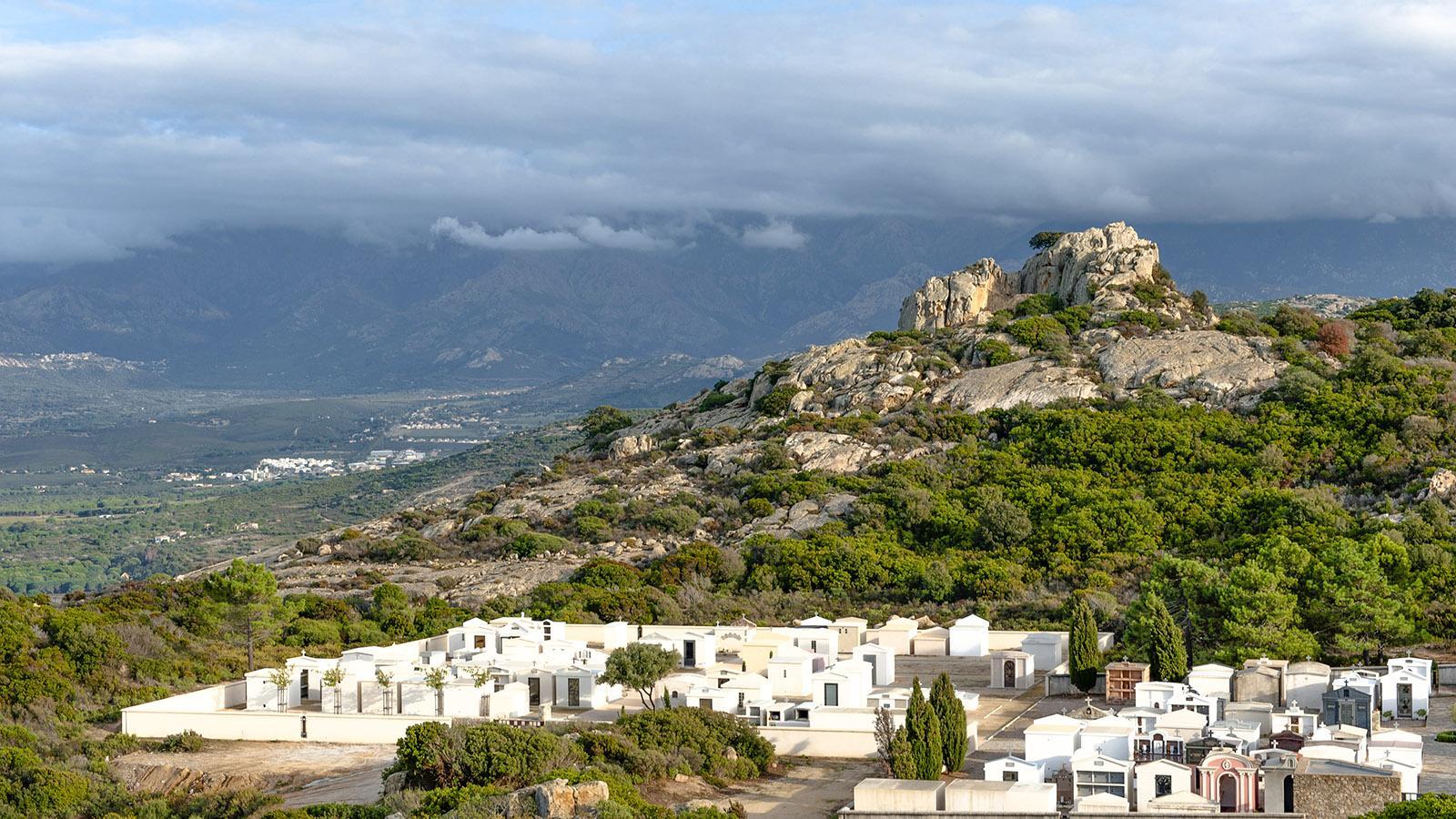 alvi: Blick von Notre-Dame de la Serra auf den Friedhof. Foto: Hilke Maunder