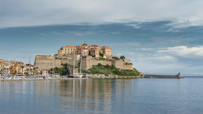 Blick vom Stadtstrand auf die Zitadelle von Calvi. Foto: Hilke Maunder