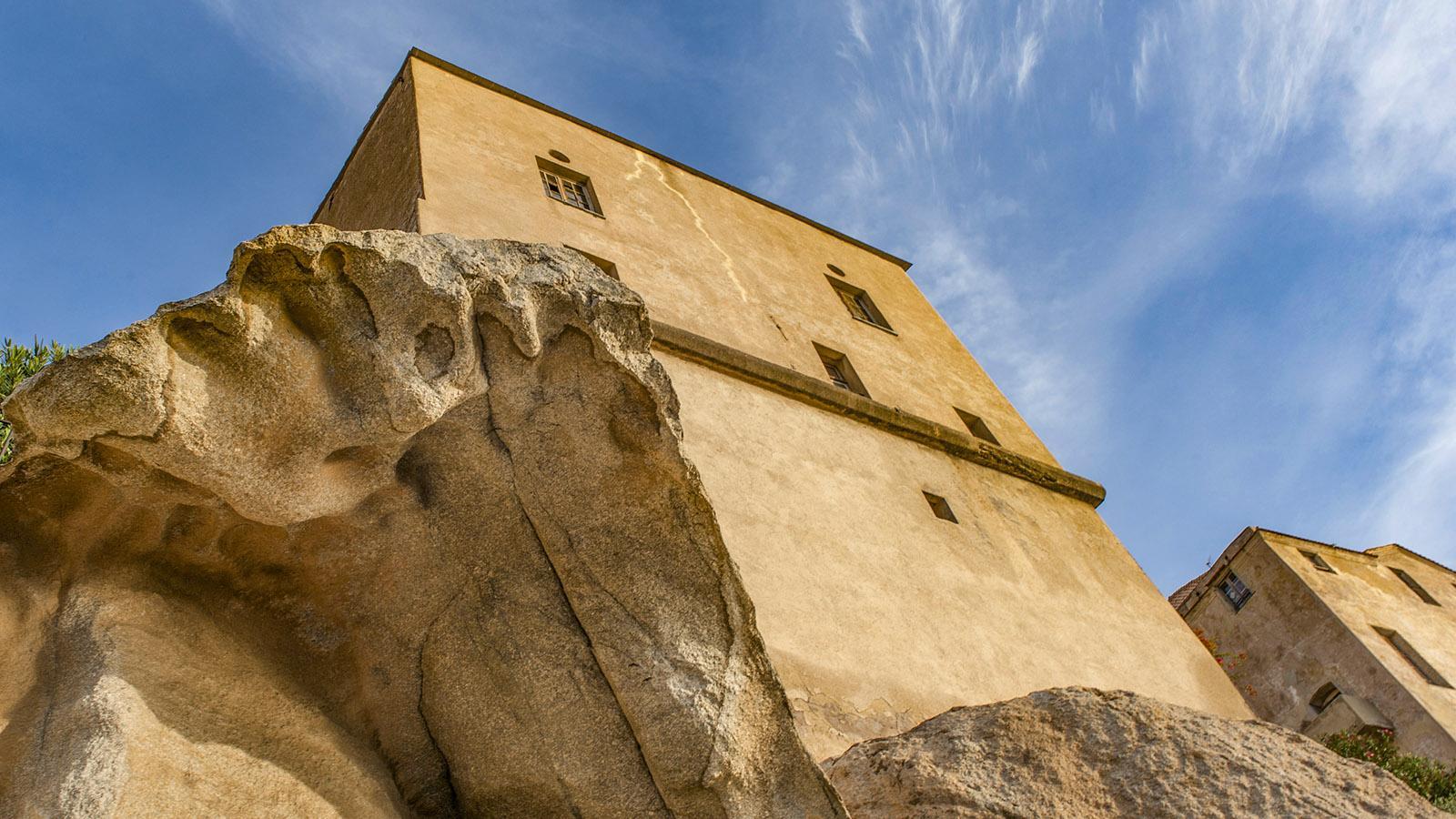 In der Zitadelle von Calvi sind manche Häuser fest mit dem Fels verwachsen. Foto: Hilke Maunder