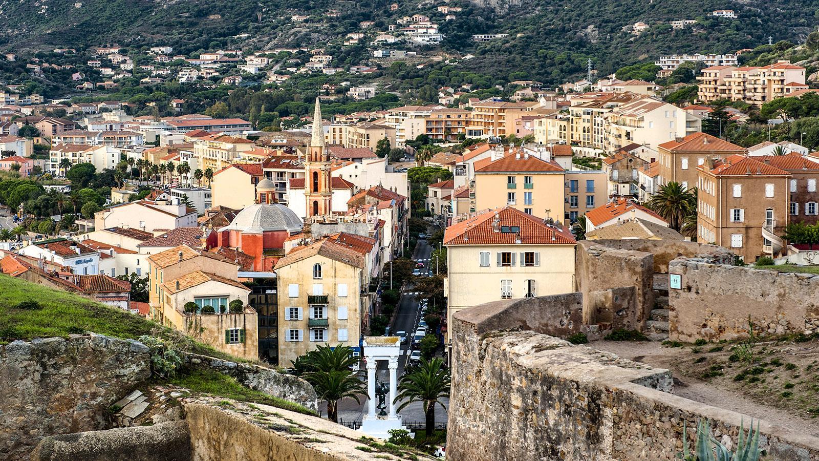 Blick von der Zitadelle auf Calvi. Foto: Hilke Maunder