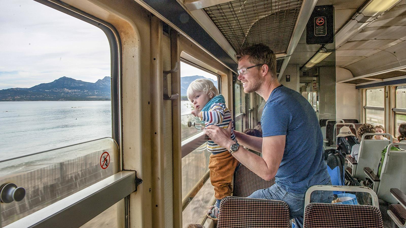 Trinighellu: Kopf rausstecken, gucken und den Fahrwind spüren... Bahngenuss wie früher! Foto: Hilke Maunder