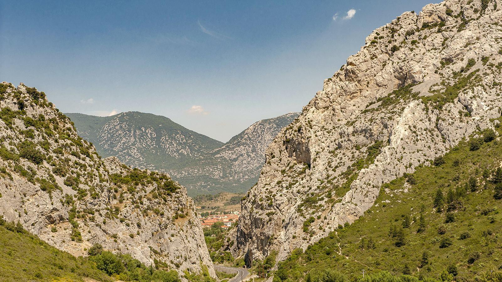 Fenouilledes: Auf der rechten Flanke der Chaîne de Lesquerde führt die Via Ferrata hinauf bis zum Kamm. Foto: Hilke Maunder