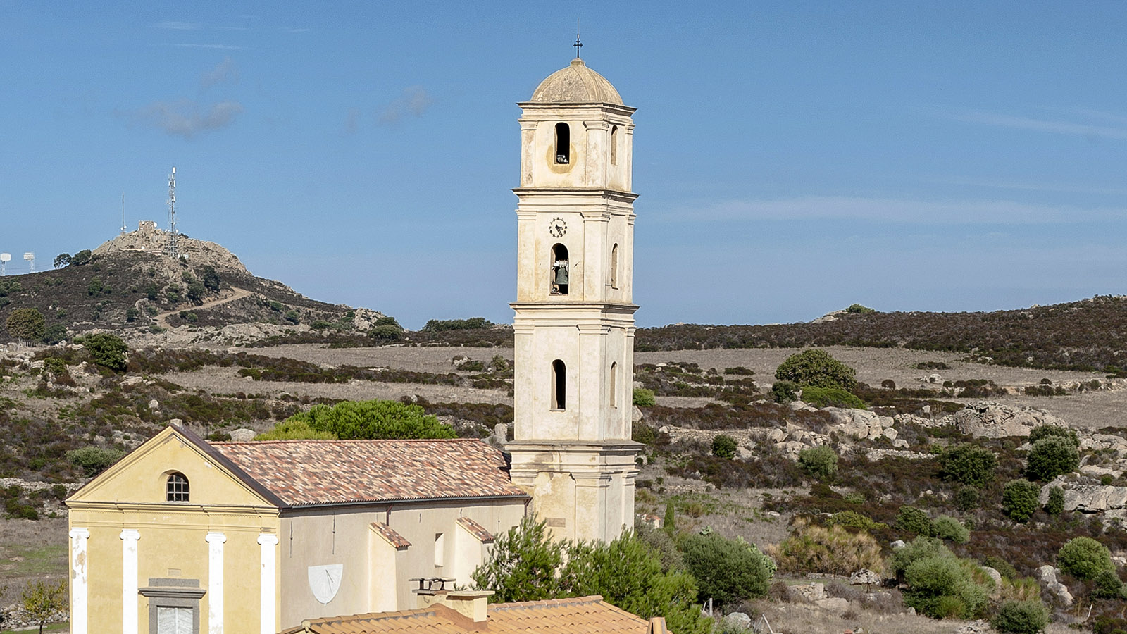 Sant'Antonino: Gleich neben dem Großparkplatz erhebt sich die Pfarrkirche des Dorfes. Foto: Hilke Maunder