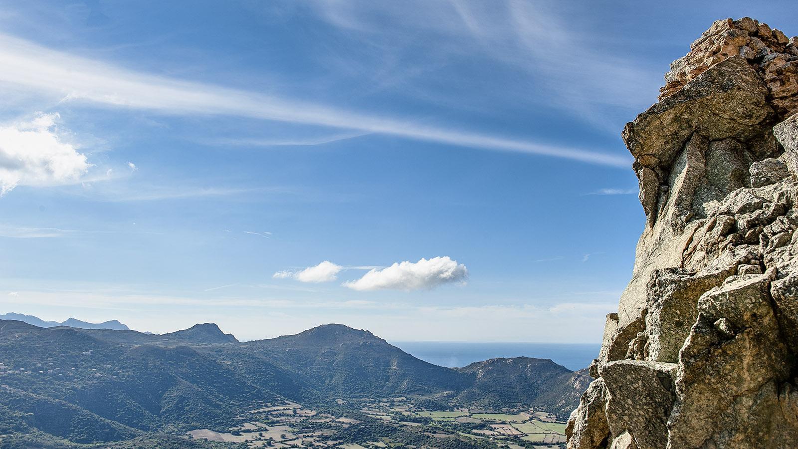 Sant'Antonino: Herrliche Aussichten auf die Balagne eröffnen sich von beim Aufstieg auf die Hügelspitze. Foto: Hilke Maunder