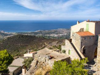 Sant'Antonino: die alte Bourg, die Balagne... und am Horizont das Mittelmeer. Foto: Hilke Maunder