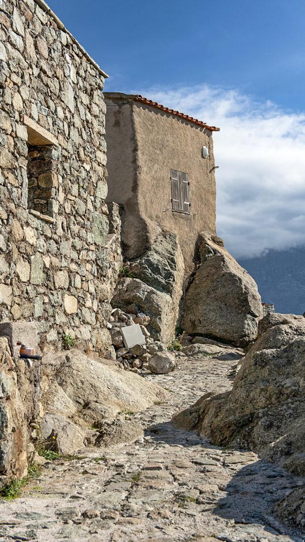 Sant'Antonino: Kopfsteingassen und Treppenwege erschließen die befestigte Bourg bis hinauf zum Aussichtspunkt auf der Hügelspitze. Foto: Hilke Maunder