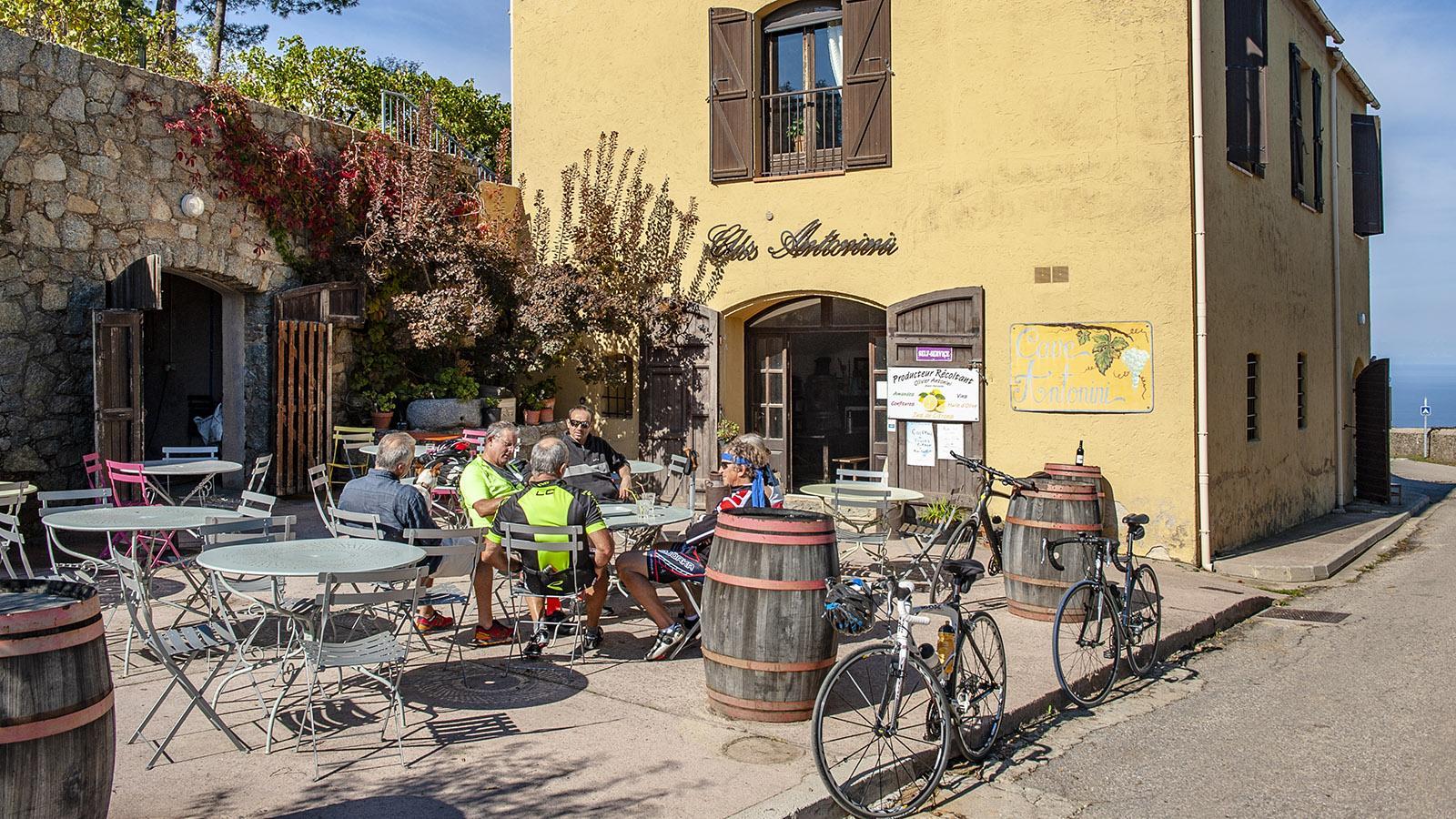 Sant'Antonino: Auch Radsportler legen gerne eine Pause ein im Clos Antonini. Foto: Hilke Maunder