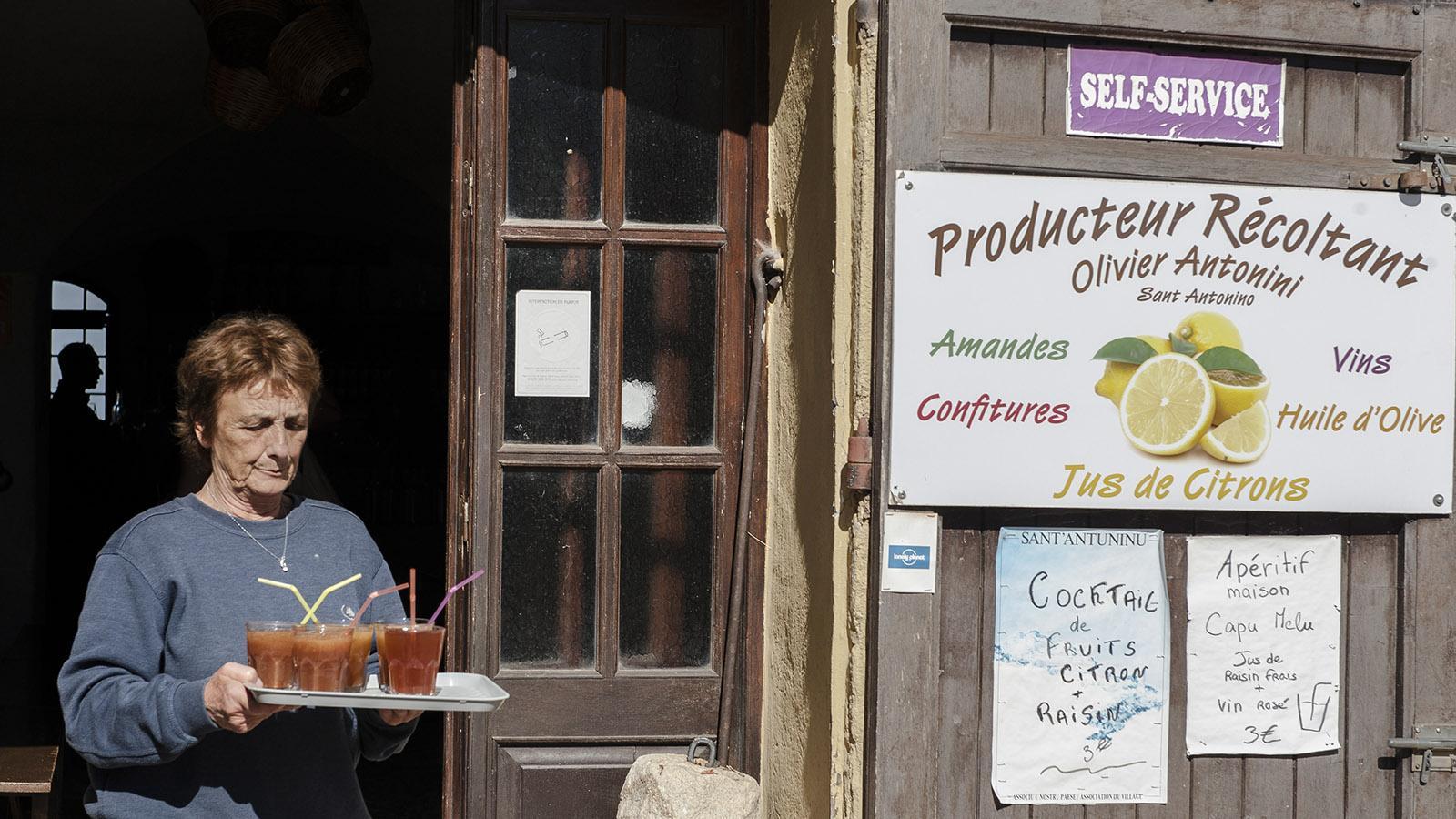 Sant'Antonino: Monique Antonini serviert frische Zitronenlimonade auf der Terrasse. Foto: Hilke Maunder