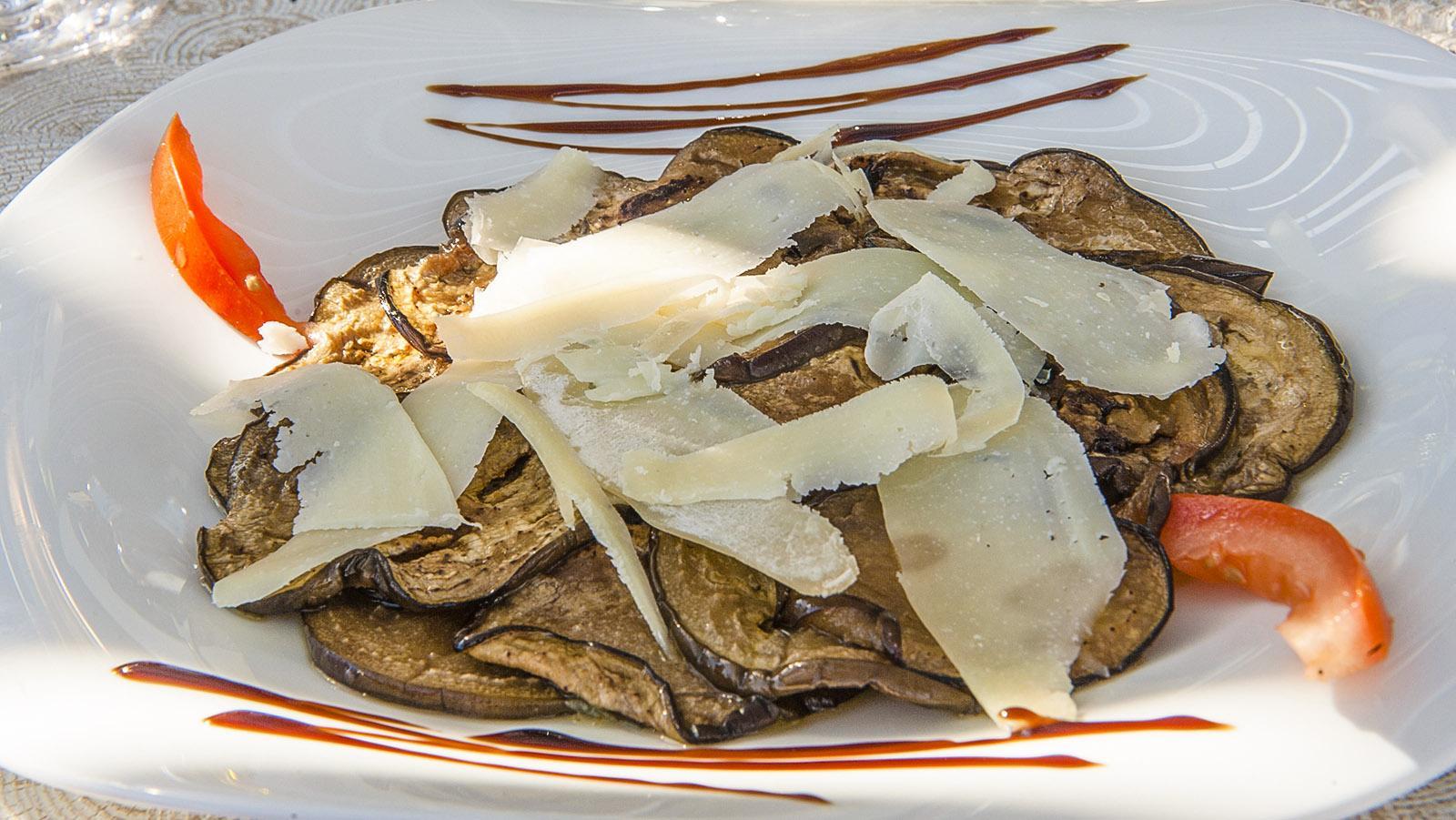 Sant'Antonino: Gegrillte Auberginen mit Parmesan, eine Vorspeise im Restaurant La Voûte. Foto: Hilke Maunder