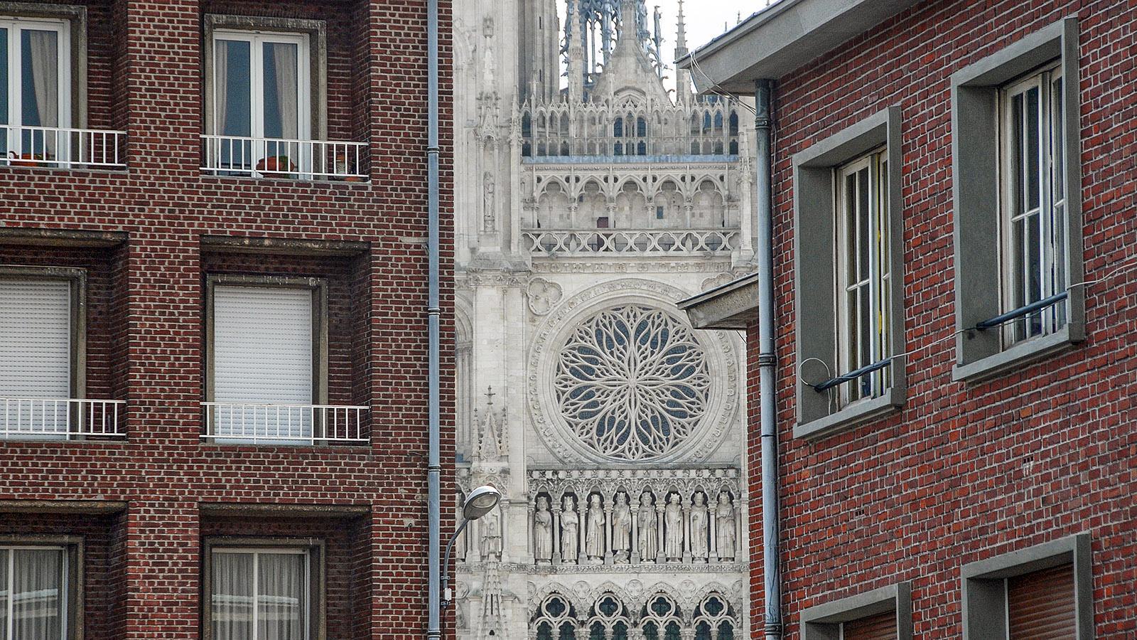 Kontraste in Amiens: Wiederaufbau in Backstein und Jahrhunderte altes Erbe. Foto: Hilke Maunder