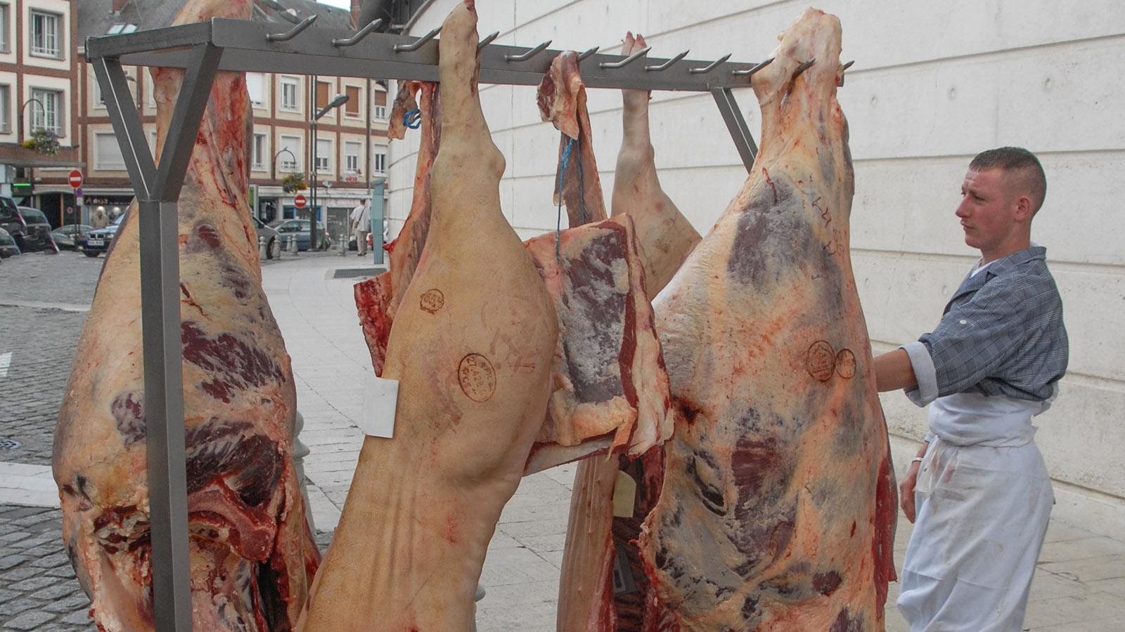 Vor der Markthalle von Amiens werden die Schweinehälften entladen. Foto: Hilke Maunder