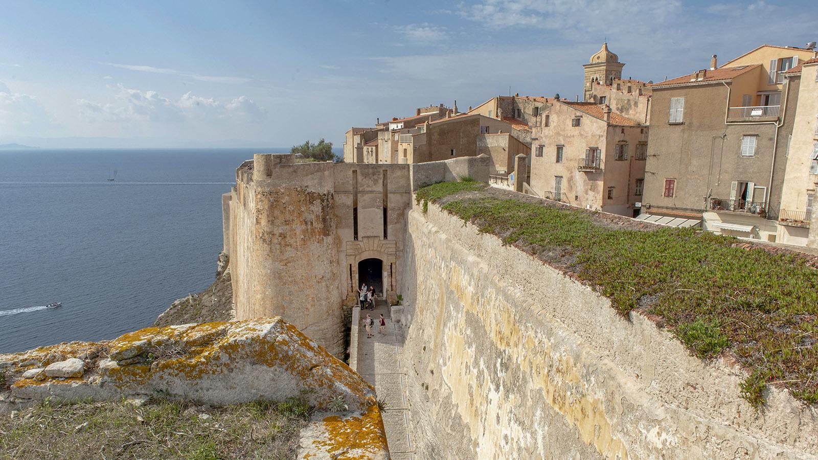 Bonifacio: Die Porte de Gênes mit der Bastion de l'Étendard und der Oberstadt. Foto: Hilke Maunder