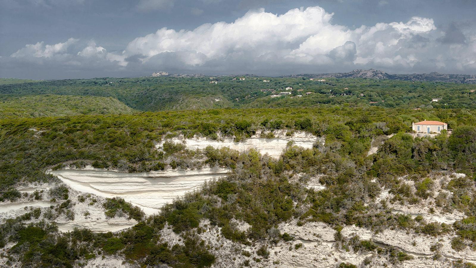 Bonifacio: Blick von der Oberstadt über Korsika gen Norden. Foto: Hilke Maunder