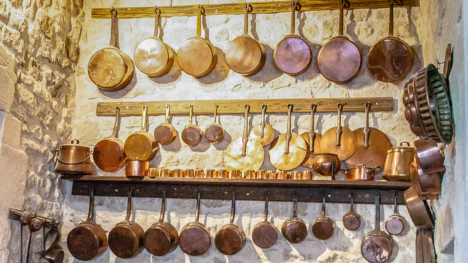 Palais des Évêques: Dieses Kupfergeschirr ist bis heute in Gebrauch. Foto: Hilke Maunder