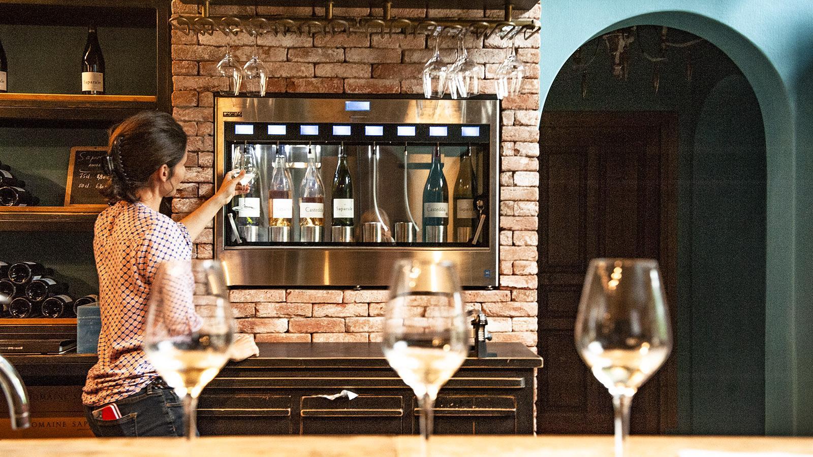 Julie Farinelli vom Weingut Saparale zapft Wein. Foto: Hilke Maunder