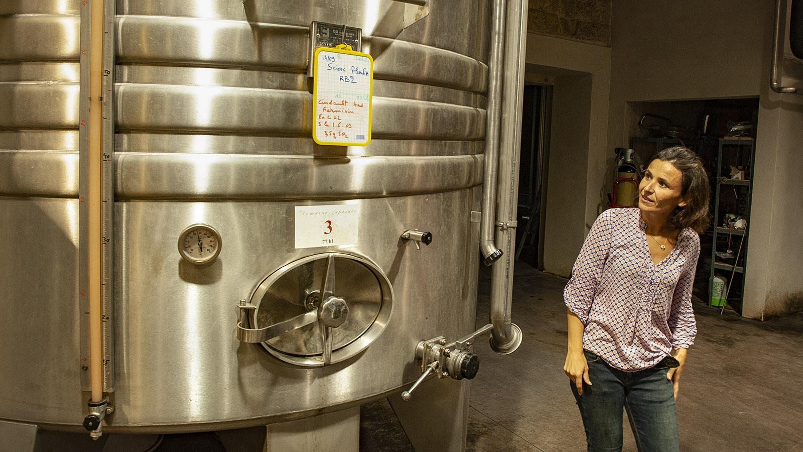 Julie Farinelle vom Weingut Saparale im Weinkeller des Familienweinguts. Foto: Hilke Maunder