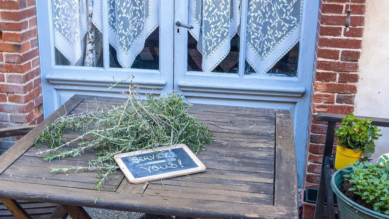Bedienen Sie sich – eine sehr nette Geste, gesehen in Simorre. Foto: Hilke Maunder