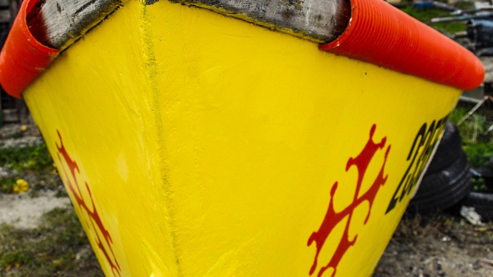 In den Farben Okzitanien: ein Fischerboot am Ufer des Étang de Bages. Foto: Hilke Maunder