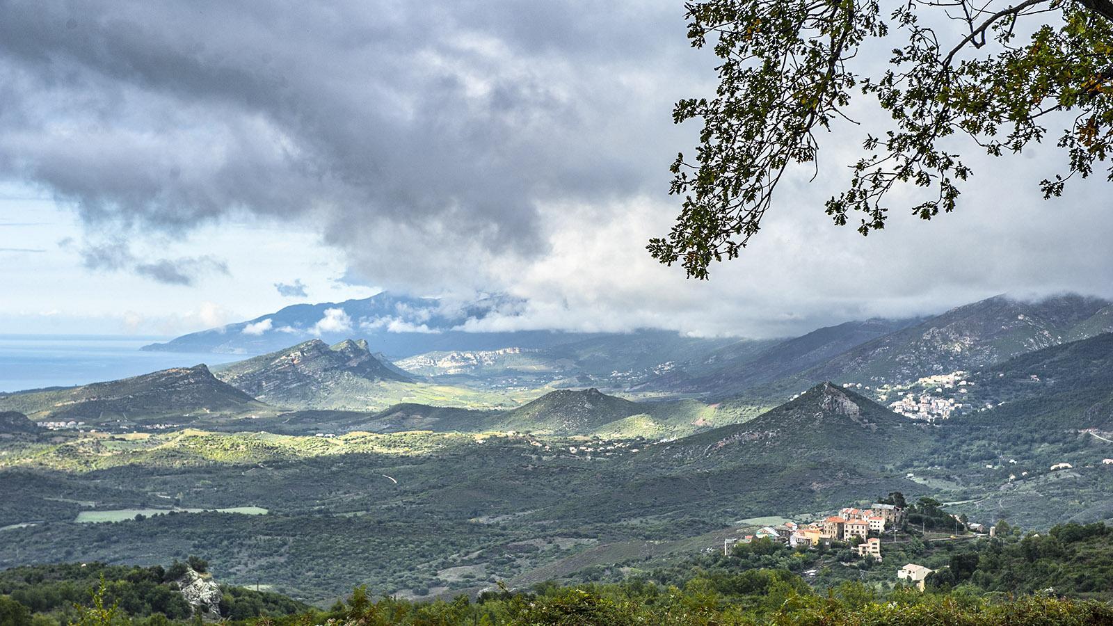 Nebbiu; Der Blick vom Col de San Stefano auf die Westküste mit Saint-Florent. Foto: Hilke Maunder