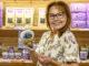 Jedem, der den Veilchenkahn betritt, werden Veilchenbonbons zum Probieren angeboten. Foto: Hilke Maunder