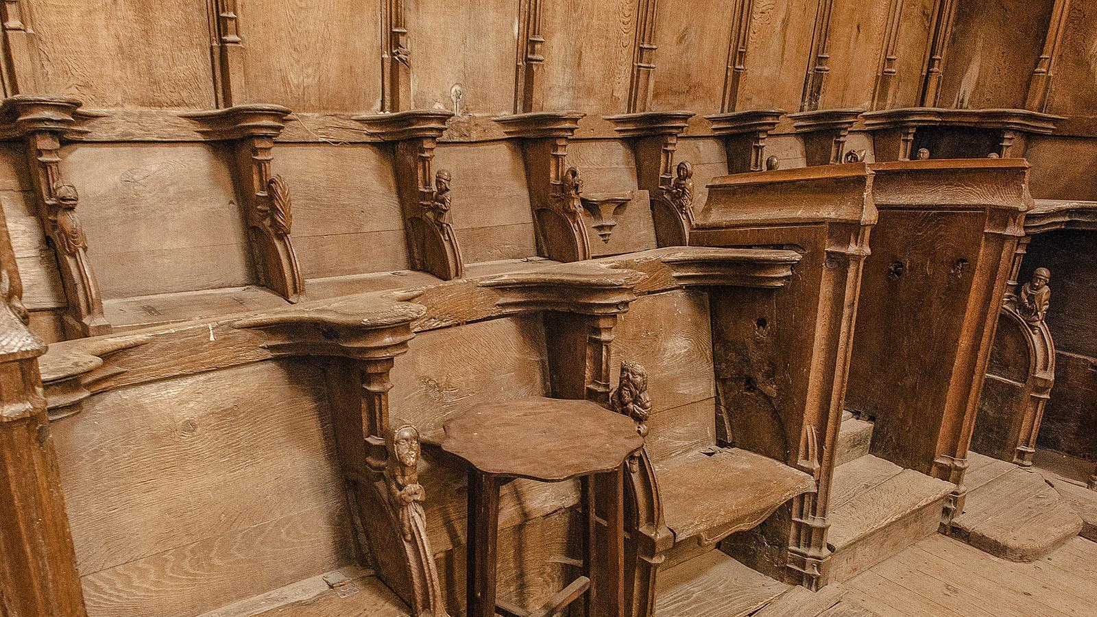 Simorre: das Schnitzwerk der Sitze im Chor der Pfarrkirche. Foto: Hilke Maunder