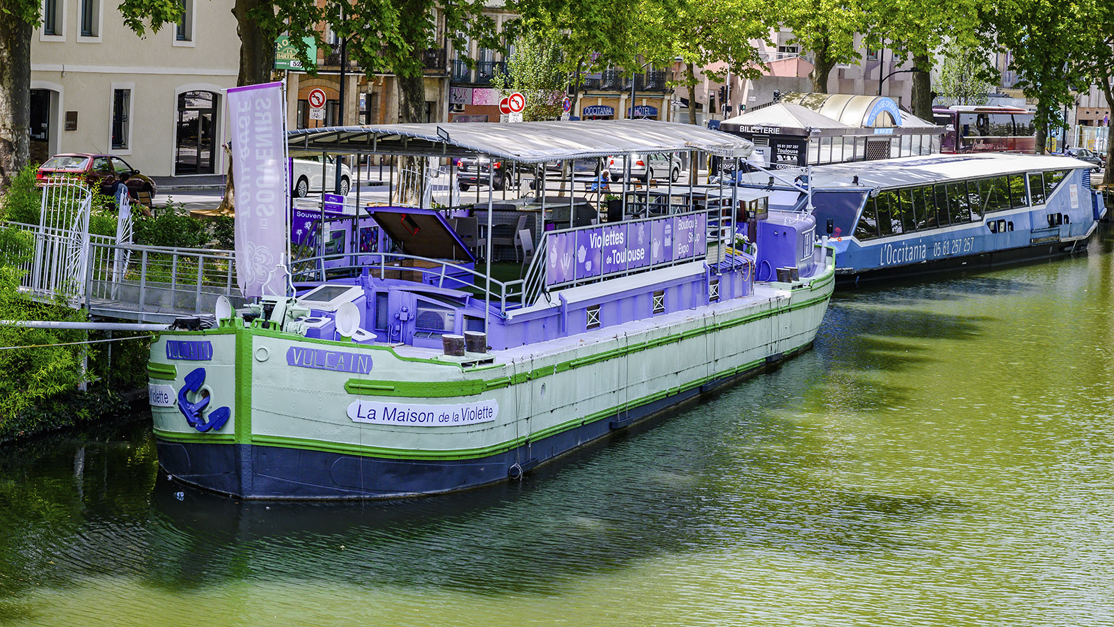 "Der Lastkahn ""Maison de la Violette"" ist am Canal du Midi vertäut. Foto: Hilke Maunder"