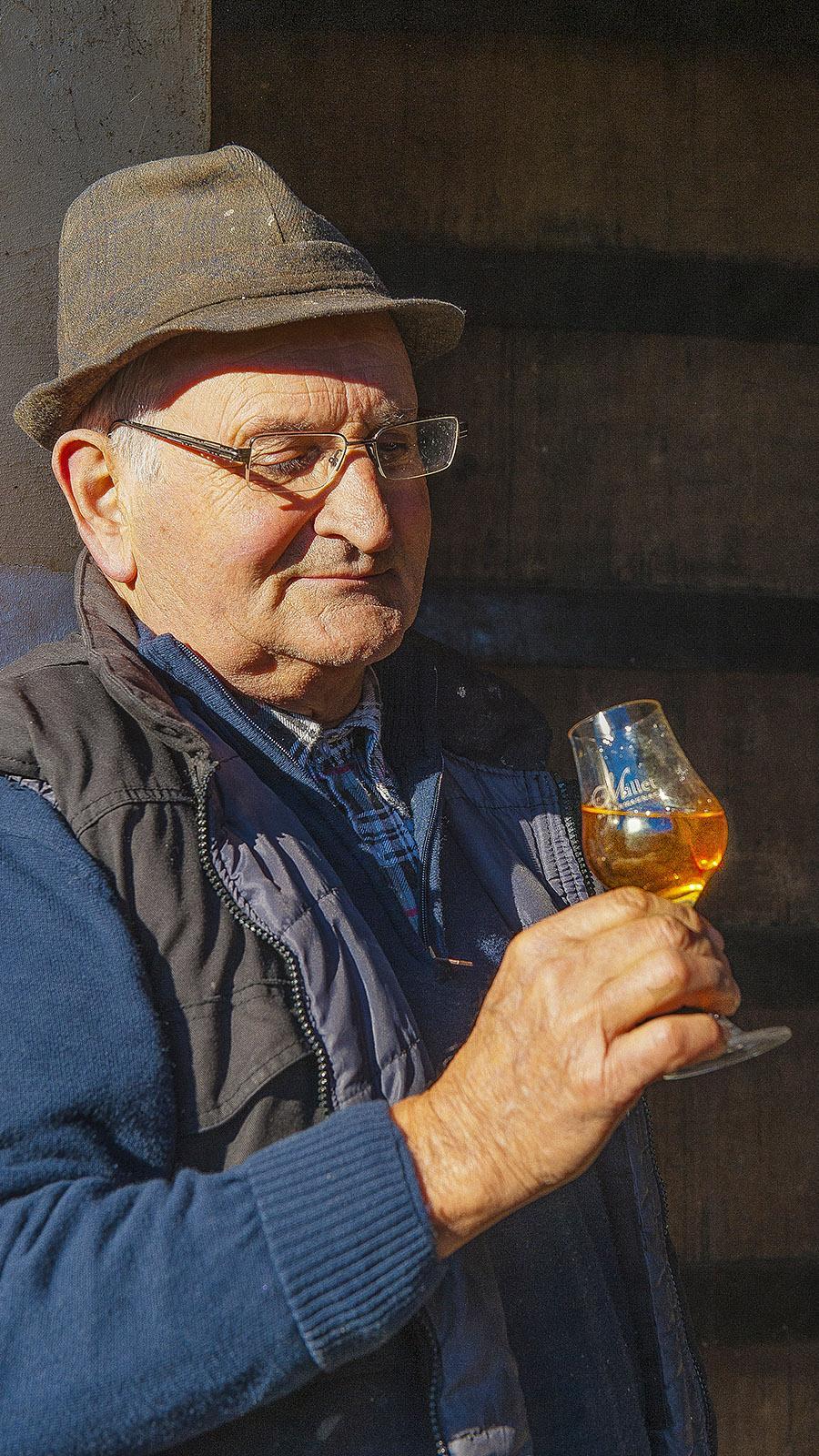 Château de Millet. Schmeckt! Francis Dèche schmeckt der hauseigene Armagnac. Foto: Hilke Maunder