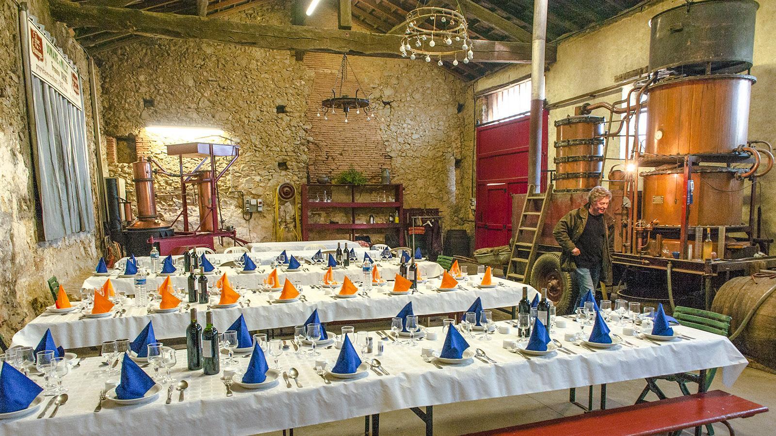Château de Millet: Beim Schaubrennen wird die Scheune zur Gaststube und ein mobiler Alambic aufgestellt. Foto: Hilke Maunder