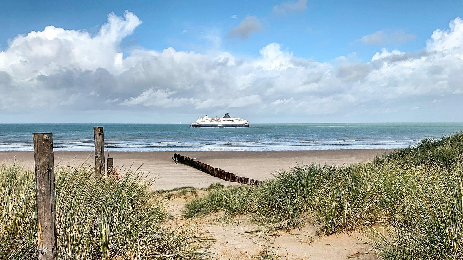 Opalküste: In Blériot-Plage schippern die Englandfähren in Sichtweite am Strand vorbei. Foto: Hilke Maunder