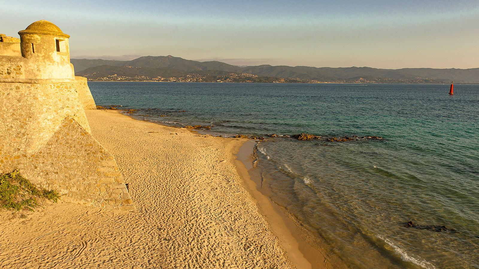 Der Strand von Ajaccio unterhalb der Zitadelle. Foto: Hilke Maunder
